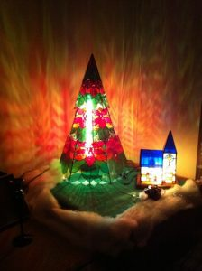 """TFさん作のステンドグラス 2011年はクリスマスツリーの横にチャペルが並びました。"""