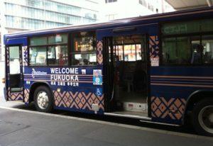 福岡市内を走る博多織のクールな西鉄バス